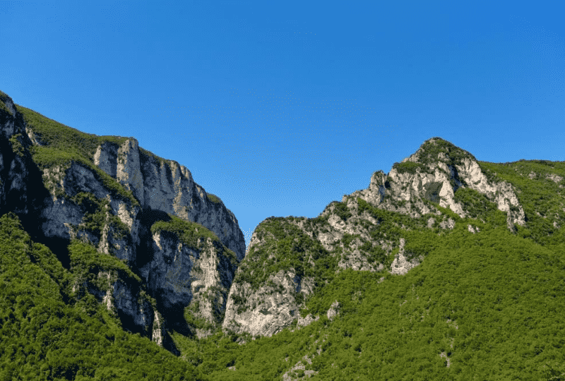 media/plg_solidres_experience/images/4ffce04d92a4d6cb21c1494cdfcd6dc1/esperienze/MIT/passeggiando-tra-le-aquile-genga-montagne-800x540_optimized.png